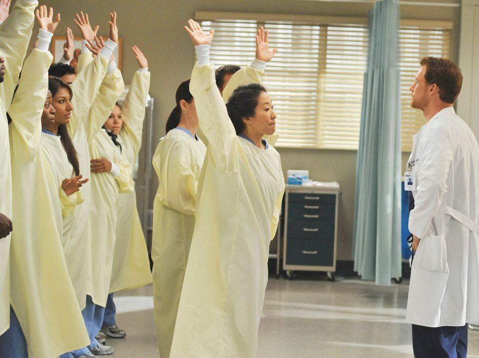 Noch ahnt Cristina (Sandra Oh, 2.v.r.) nicht, was Owen Hunt (Kevin McKidd, r.) mit ihr und ihren Kollegen vorhat ... - Bildquelle: Touchstone Television