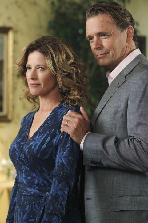 Bree lernt Keith's Eltern Mary (Nancy Travis, l.) und Richard (John Schneider, r.) kennen und bemerkt, dass sie seine Mutter bereits kennt ... - Bildquelle: ABC Studios