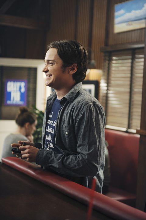 Kirsten hat vor, nach Chicago zu ziehen, und Travis (Dan Byrd) ist darüber sehr unglücklich. Um sie am Wegziehen zu hindern, möchte er ihr einen... - Bildquelle: 2010 ABC INC.
