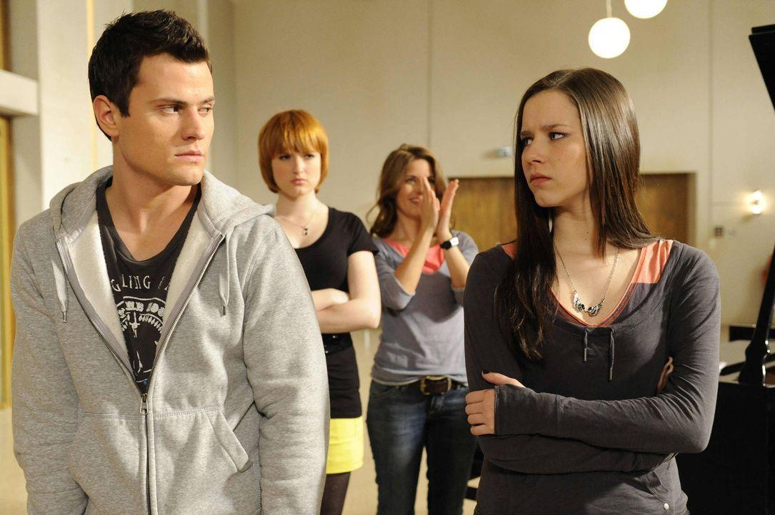 Sophie (Franciska Friede, r.) beginnt, die Gerüchte vom Kuss zwischen Luzi und Timo (Rocco Stark, l.) zu glauben. - Bildquelle: SAT.1