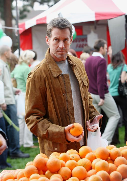 Ist Mike (James Denton) zufällig oder Absichtlich auf dem Wochenmarkt, auf dem sich auch Ian und Susan befinden? - Bildquelle: 2005 Touchstone Television  All Rights Reserved