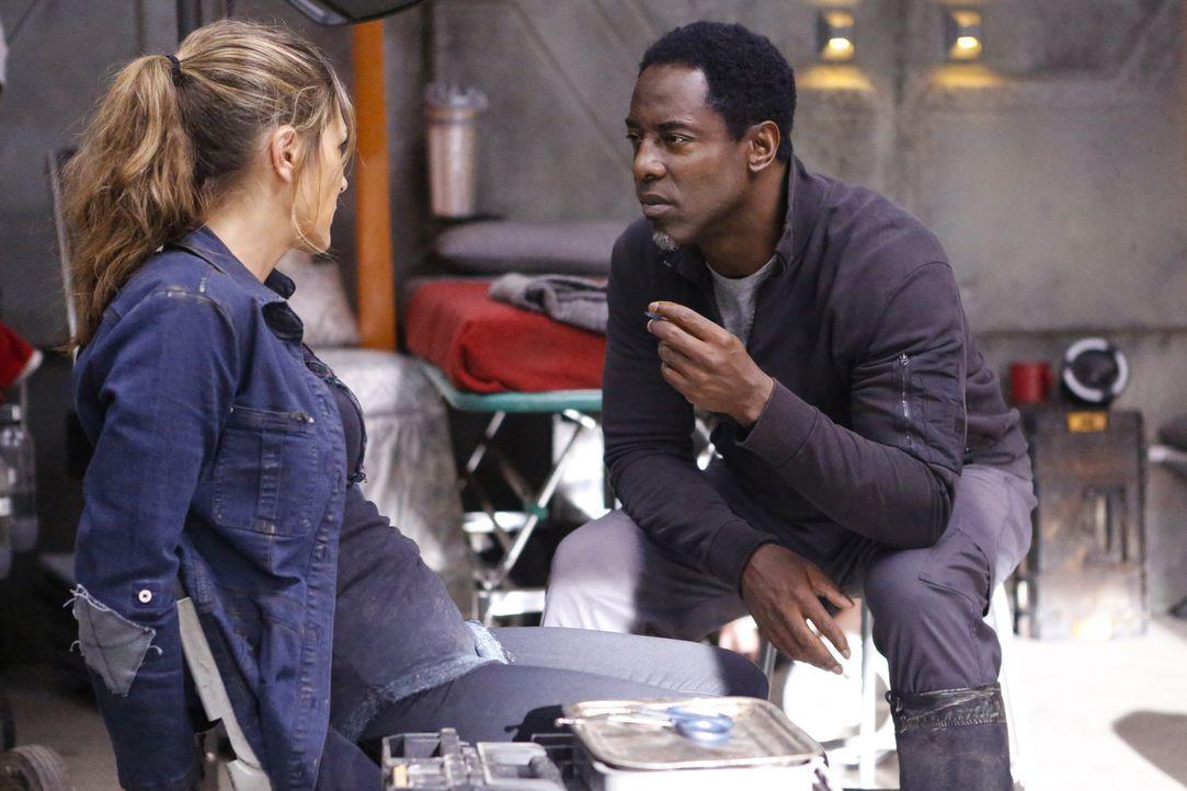 Wie weit würde Jaha (Isaiah Washington, r.)gehen, um Abbie (Paige Turco, l.) auf seine Seite zu ziehen? - Bildquelle: 2014 Warner Brothers