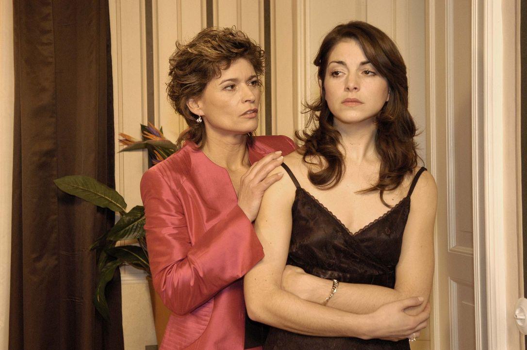 Sophie von Brahmberg (Gabrielle Scharnitzky, l.) nutzt den Vorfall auf der Party, um Mitleid mit ihrer betrogenen Tochter Mariella (Bianca Hein, r.)... - Bildquelle: Sat.1