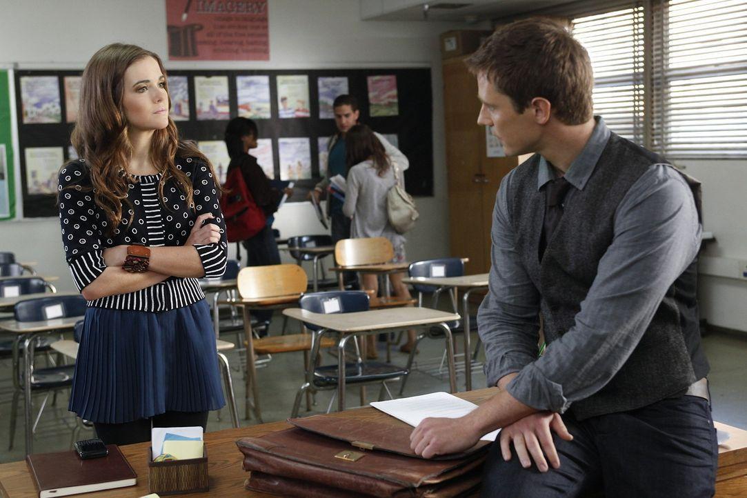 Juliet (Zoey Deutch, l.) fühlt sich zu Mr. Carpenter (Jason Dohring, r.), ihrem neuen Lehrer, hingezogen. Wird er sich darauf einlassen? - Bildquelle: 2011 THE CW NETWORK, LLC. ALL RIGHTS RESERVED