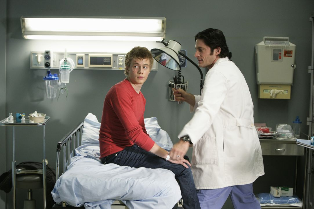 Hat sich Ned (Christoph Sanders, l.) wirklich verletzt weil er einen Kettenbrief nicht weitergeleitet hat? Jim (David Conrad, r.) hält das für unwah... - Bildquelle: ABC Studios