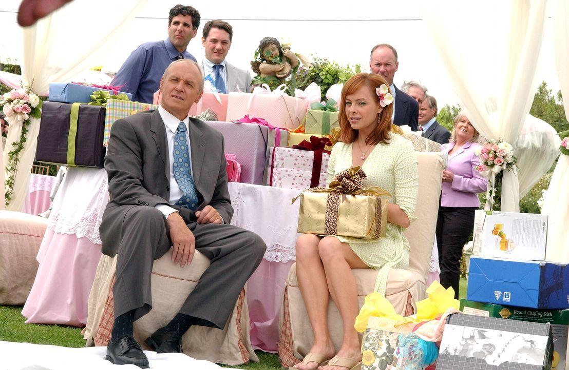 Für alle ist es unfassbar, dass Caleb (Alan Dale, l.) und Julie (Melinda Clarke, r.) wirklich heiraten wollen ... - Bildquelle: Warner Bros. Television