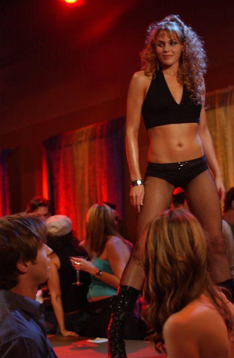 Als Ryan (Benjamin McKenzie, l.) und Marissa (Mischa Barton, r.) Hailey (Amanda Righetti, oben) im Stripclub sehen, sind sie total entsetzt ... - Bildquelle: Warner Bros. Television