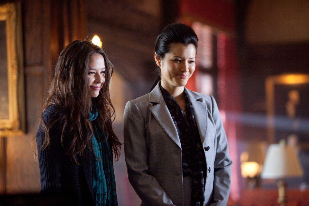 Als Damon nach Hause kommt, warten Pearl (Kelly Hu, r.) und Anna (Malese Jow, l.) bereits auf ihn. - Bildquelle: Warner Bros. Television