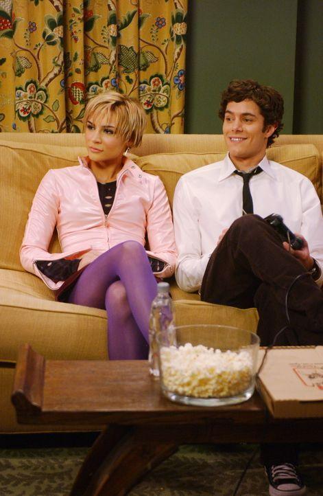 Endlich hat sich Seth (Adam Brody, r.) für Anna (Samaire Armstrong, l.) entschieden ... - Bildquelle: Warner Bros. Television