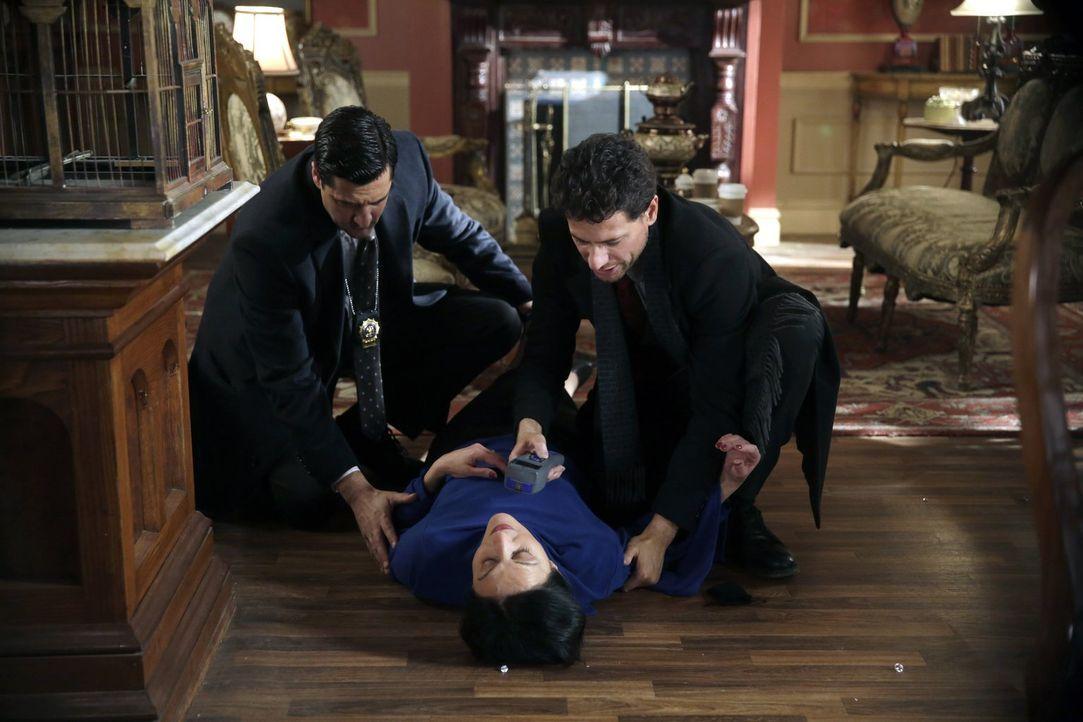 Der Tod eines Königs ruft Henry (Ioan Gruffudd, r.) und Hanson (Donnie Keshawarz, l.) auf den Plan. Doch dann kollabiert Zarina (Jacqueline Antarami... - Bildquelle: Warner Bros. Television