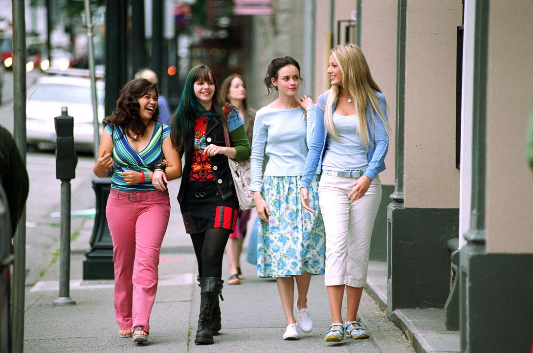Eine Jeans verändert ihr Leben: Tibby (Amber Tamblyn, 2.v.l.), Lena (Alexis Bledel, 2.v.r.), Carmen (America Ferrera, l.) und Bridget (Blake Lively... - Bildquelle: Warner Bros.