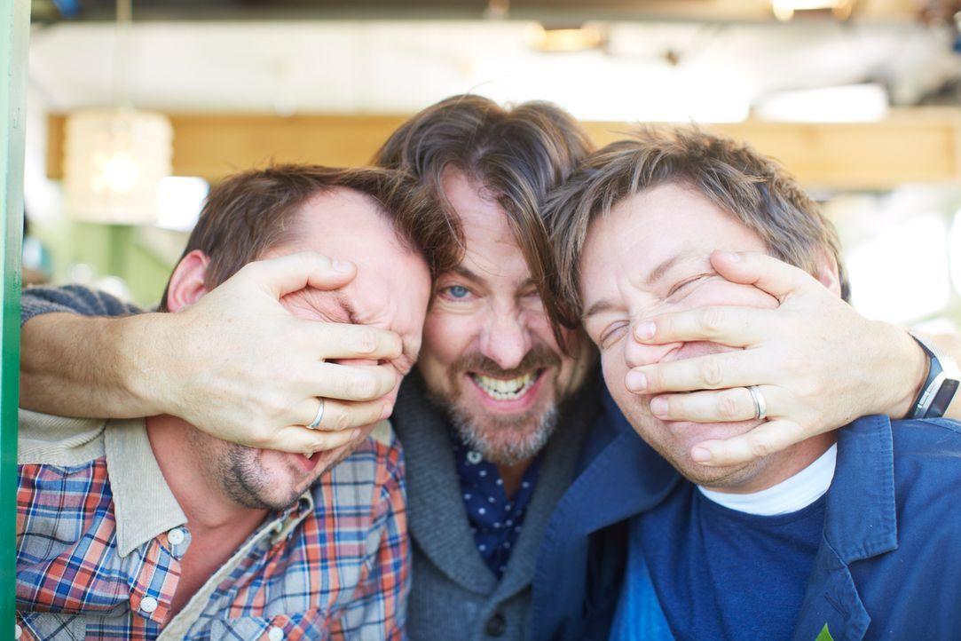 Mit Jonathan Roos (M.) haben sich Jamie (r.) und Jimmy (l.) einen Rebellen ins Café geholt ... - Bildquelle: David Loftus David Loftus 2014