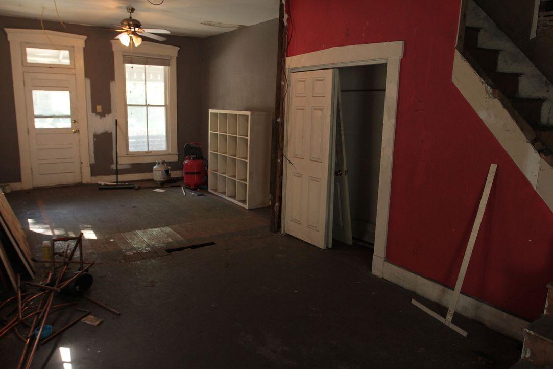 Eigentlich wollte der Kunde seine Doppelhaushälfte selbst renovieren, doch Mina und Karens Hilfe wird bei dem unter Denkmalschutz stehenden Haus dri... - Bildquelle: 2017,HGTV/Scripps Networks, LLC. All Rights Reserved