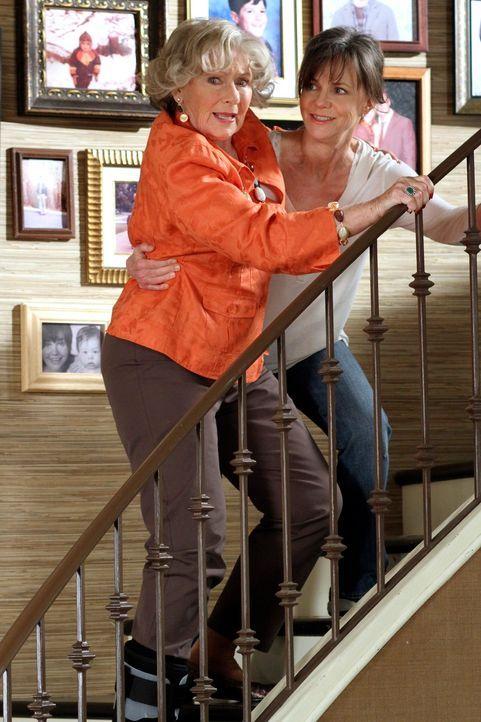 Noras und Sauls Mutter Ida (Marion Ross, l.) wurde von einem Bus angefahren, als sie geistig verwirrt durch die Stadt irrte. Da sie zukünftig nicht... - Bildquelle: 2010 American Broadcasting Companies, Inc. All rights reserved.
