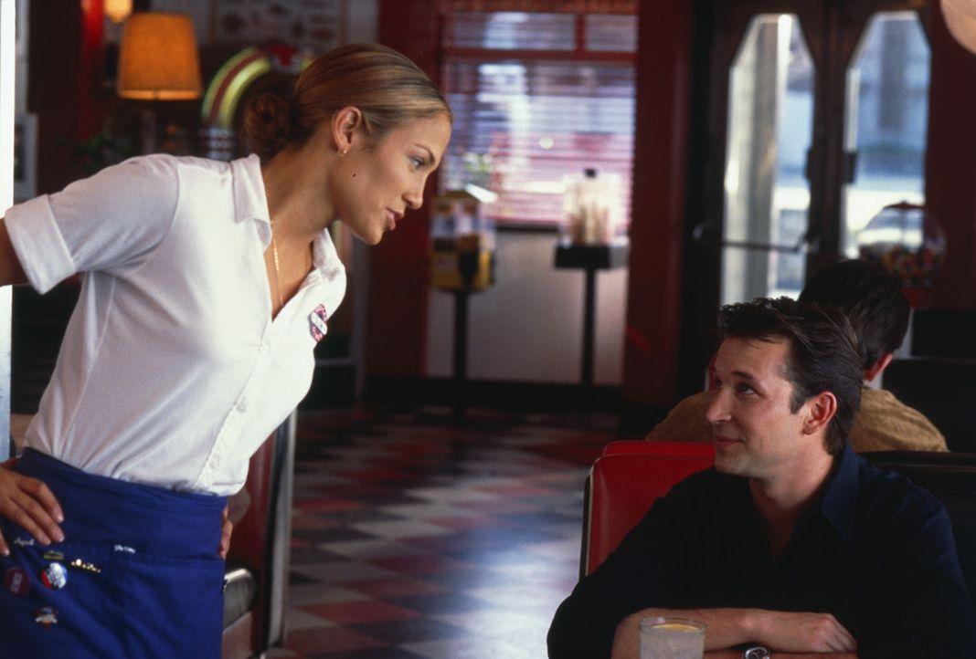 Als eines Tages Robbie (Noah Wyle, r.) das Restaurant betritt, in dem Slim (Jennifer Lopez, l.) arbeitet, beginnt der Ärger ... - Bildquelle: 2003 Sony Pictures Television International