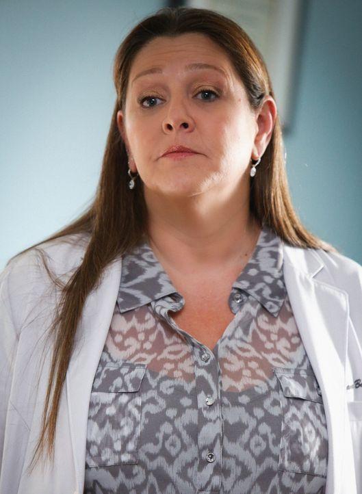 Mit der Hilfe von Sam (Camryn Manheim) soll Mollys Erinnerungsvermögen gestärkt werden: Was hat sie in der Vision gesehen? - Bildquelle: Darren Michaels 2014 CBS Broadcasting, Inc. All Rights Reserved