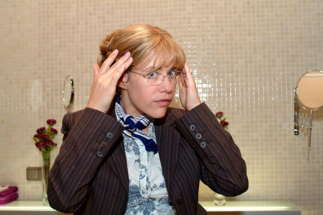 Lisa (Alexandra Neldel) bewundert im Spiegel ihre neue Frisur. (Dieses Foto von Alexandra Neldel darf nur in Zusammenhang mit der Berichterstattung... - Bildquelle: Monika Schürle SAT.1 / Monika Schürle