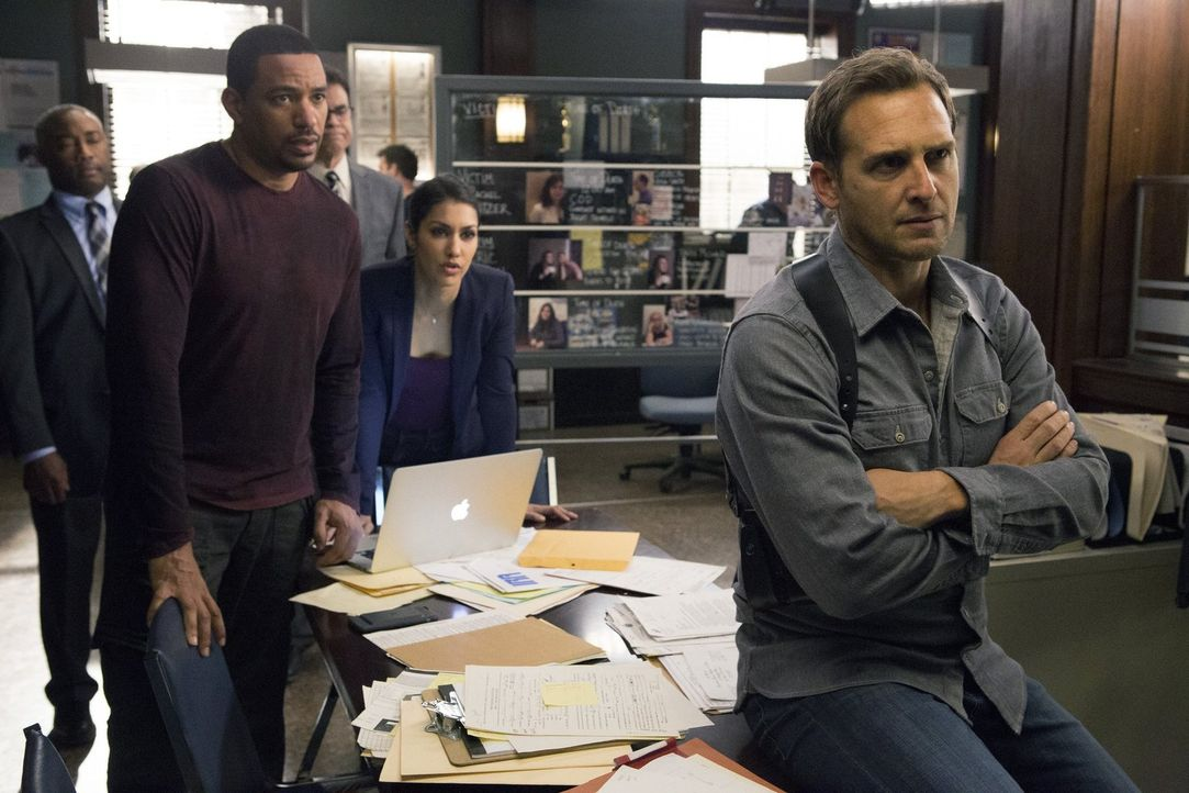 Bei den Ermittlungen in einem neuen Fall: Billy (Laz Alonso, 2.v.l.), Jake (Josh Lucas, r.) und Meredith (Janina Gavankar, 2.v.r.) ... - Bildquelle: 2016 Warner Bros. Entertainment, Inc.