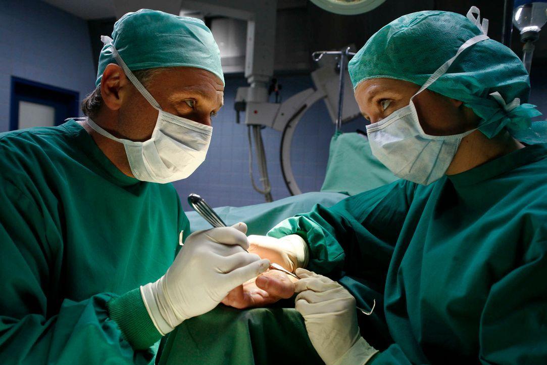 Als Chirurg ist er spitze, doch als Mensch ein Ekelpaket: Seit Jahren tyrannisiert Prof. Dr. Kortner (Bernhard Schir, l.) Kollegen und Patienten bis... - Bildquelle: Volker Roloff SAT.1