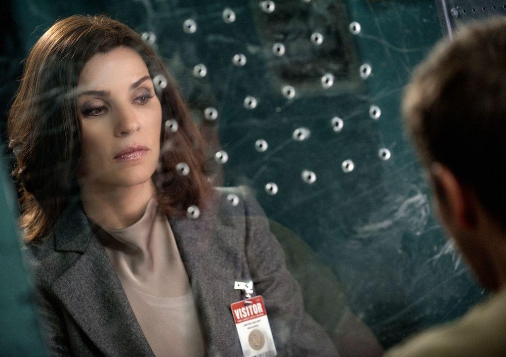 Alicia (Julianna Margulies) muss nicht nur die Kaution für Cary auftreiben, sondern auch versuchen, einen der größten Klienten der Firma davon abzuh... - Bildquelle: Jeff Neumann 2014 CBS Broadcasting Inc. All Rights Reserved.
