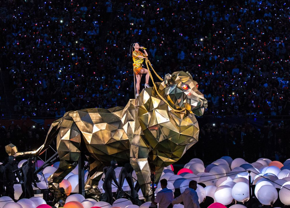 Katy und der Löwe - Bildquelle: ANDY LYONS / GETTY IMAGES NORTH AMERICA / AFP