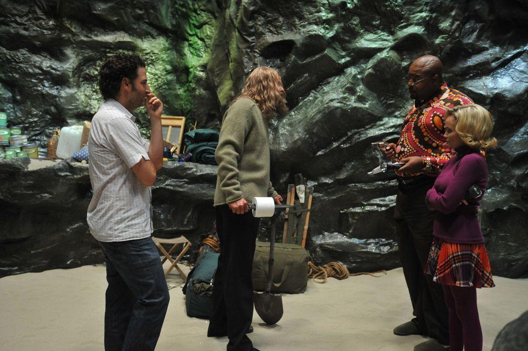 """Bei den Dreharbeiten zu """"Pushing Daisies"""" - """"Die Diorama-Dame"""" (v.l.n.r.): David Koechner, Chi McBride, Kristin Chenoweth. - Bildquelle: Warner Brothers"""