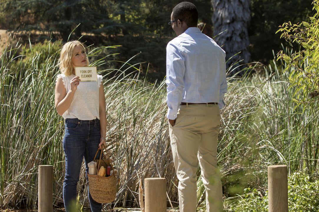 Immer mehr ist Chidi (William Jackson Harper, r.) unzufrieden mit der Situation. Eleanor (Kristen Bell, l.) in einen guten Menschen zu verwandeln, e... - Bildquelle: Ron Batzdorff 2016 Universal Television LLC. ALL RIGHTS RESERVED.