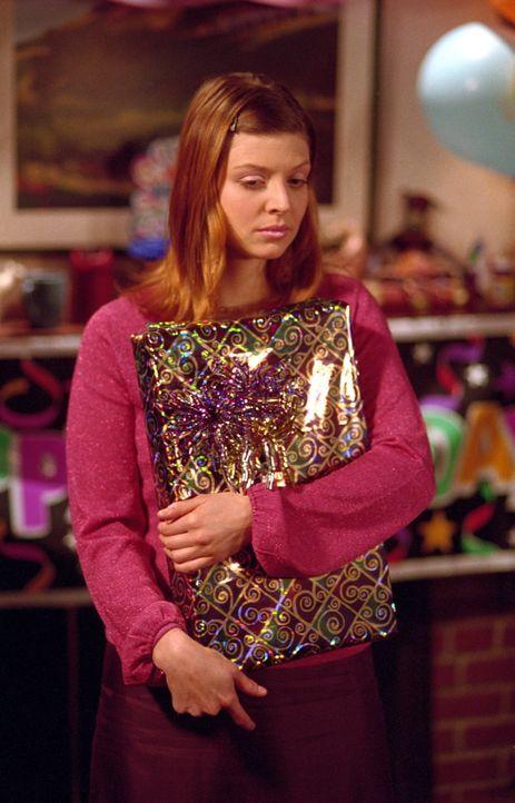 Auch Tara (Amber Benson) hat ein Geburtstagsgeschenk für Buffy mitgebracht. - Bildquelle: TM +   2000 Twentieth Century Fox Film Corporation. All Rights Reserved.