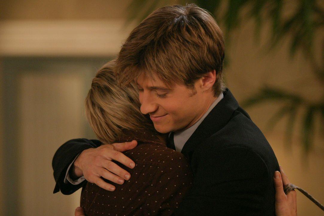 Ryan (Benjamin McKenzie, r.) fällt der Abschied von Anna (Samaire Armstrong, l.) nicht leicht ... - Bildquelle: Warner Bros. Television