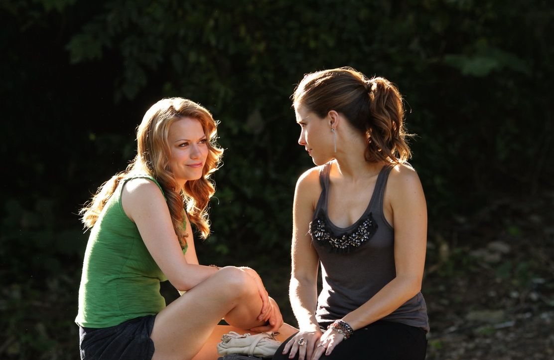 Haley (Bethany Joy Lenz, l.) steht Brooke (Sophia Bush, r.) mit Rat und Tat zur Seite ... - Bildquelle: Warner Bros. Pictures
