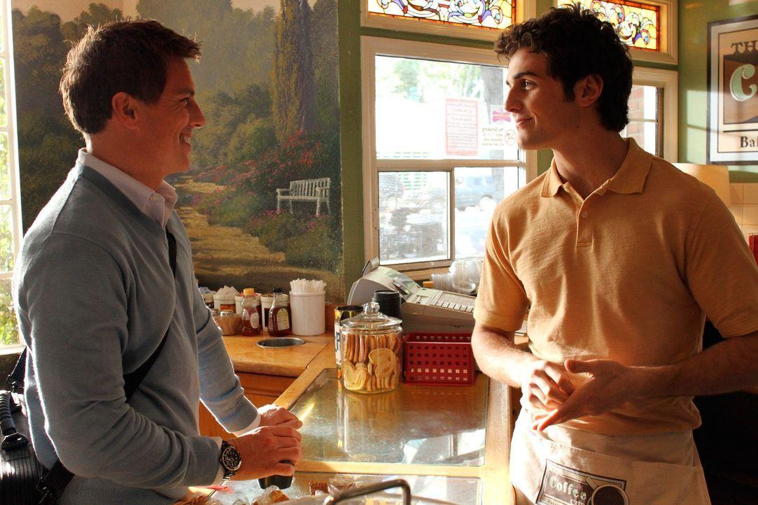 Während Lynette fest entschlossen ist, die Heirat von Preston und Irina zu verhindern, trifft Danny (Beau Mirchoff, r.) auf Patrick Logan (John Barr... - Bildquelle: ABC Studios