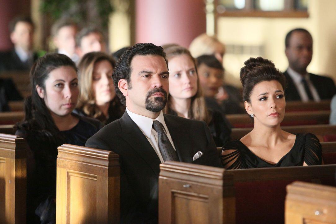 Nehmen Abschied von Mike: Gabrielle (Eva Longoria, vorne r.) und Carlos (Ricardo Antonio Chavira, vorne l.) ... - Bildquelle: ABC Studios