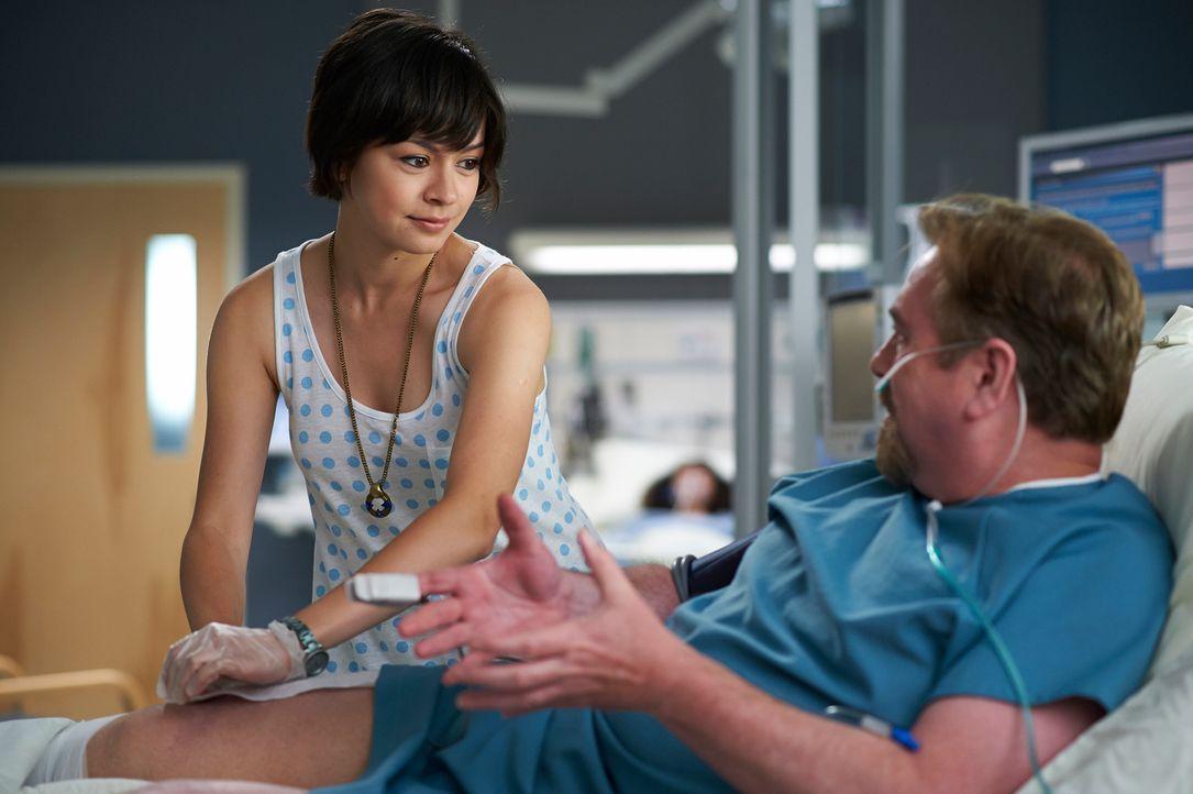 Maggie (Julia Taylor Ross, l.) kämpft um jeden Patienten, egal, welche Umstände die Arbeit auch erschweren. Das kommt auch Roddy Gray (Patrick McKen... - Bildquelle: 2012  Hope Zee One Inc.