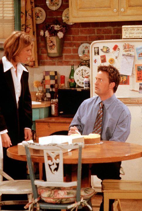 Rachel (Jennifer Aniston, l.) kann es nicht fassen, dass Chandler (Matthew Perry, r.) ihren begehrten Käsekuchen verzehrt ... - Bildquelle: TM+  2000 WARNER BROS.