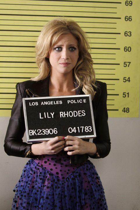 Rückblick: Schon am ersten Abend mit der großen Schwester landet Lily (Brittany Snow) im Gefängnis ... - Bildquelle: Warner Brothers