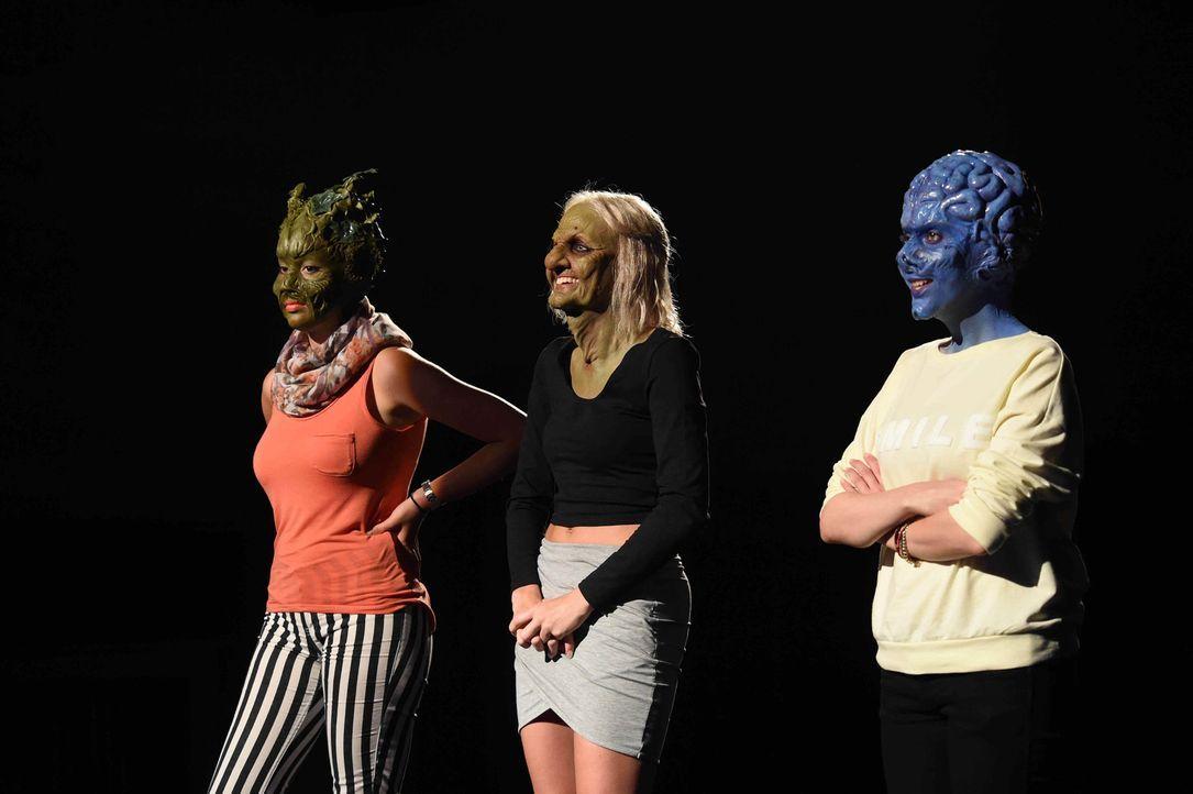 Es kann nur eine geben: Sumpflady Isabel (r.), alte Frau Bella (M.) und Gehirn Mirna (r.) warten gespannt auf die Entscheidung ihres Frankenstein ... - Bildquelle: Andre Kowalski sixx
