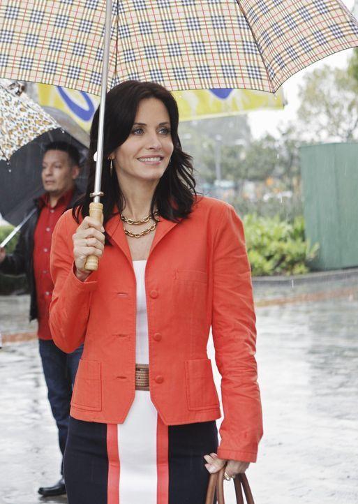 40 ist das neue 20 - doch komplett glücklich ist Jules (Courteney Cox) mit dieser Lebensweise nicht ... - Bildquelle: 2009 ABC INC.