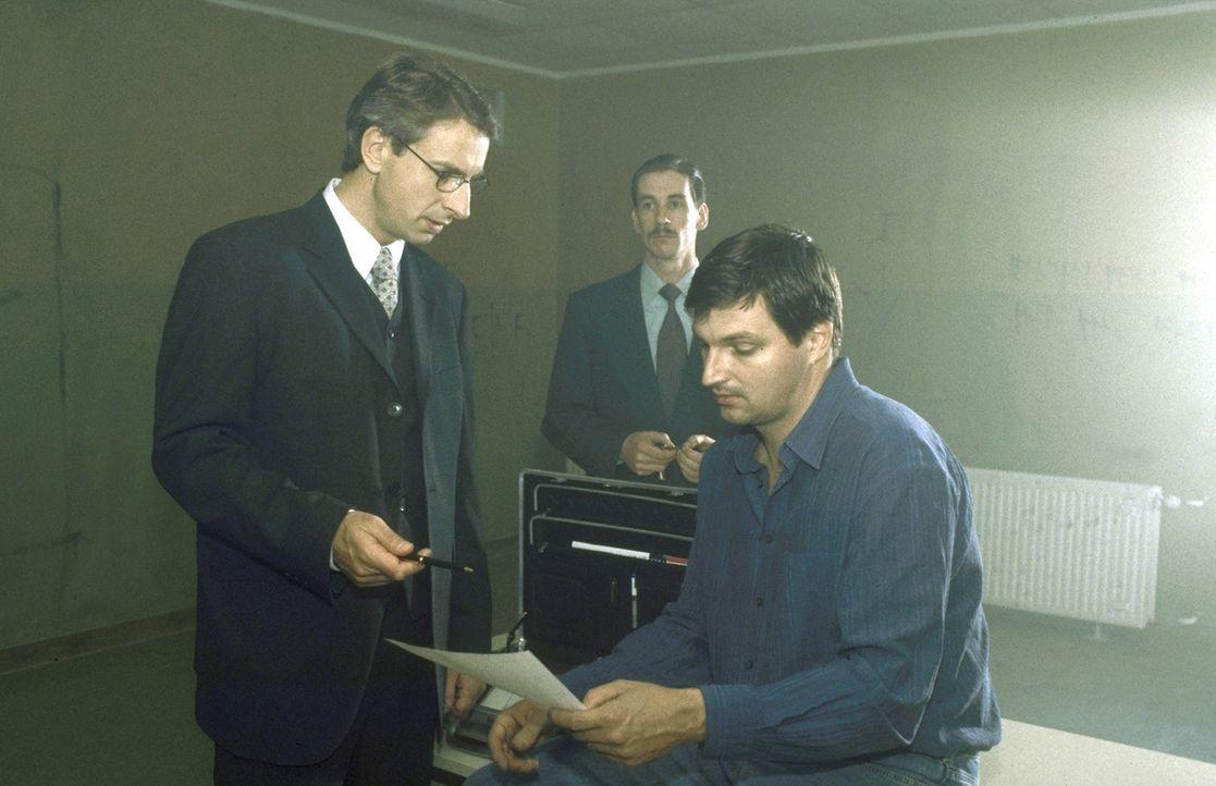 Völlig überrumpelt, lässt sich André (Stefan Jürgens, r.) von seinem ärgsten Widersacher, Dr. Endress (Ingolf Lück, l.), verteidigen. Ein fat... - Bildquelle: Leslie Haslam ProSieben