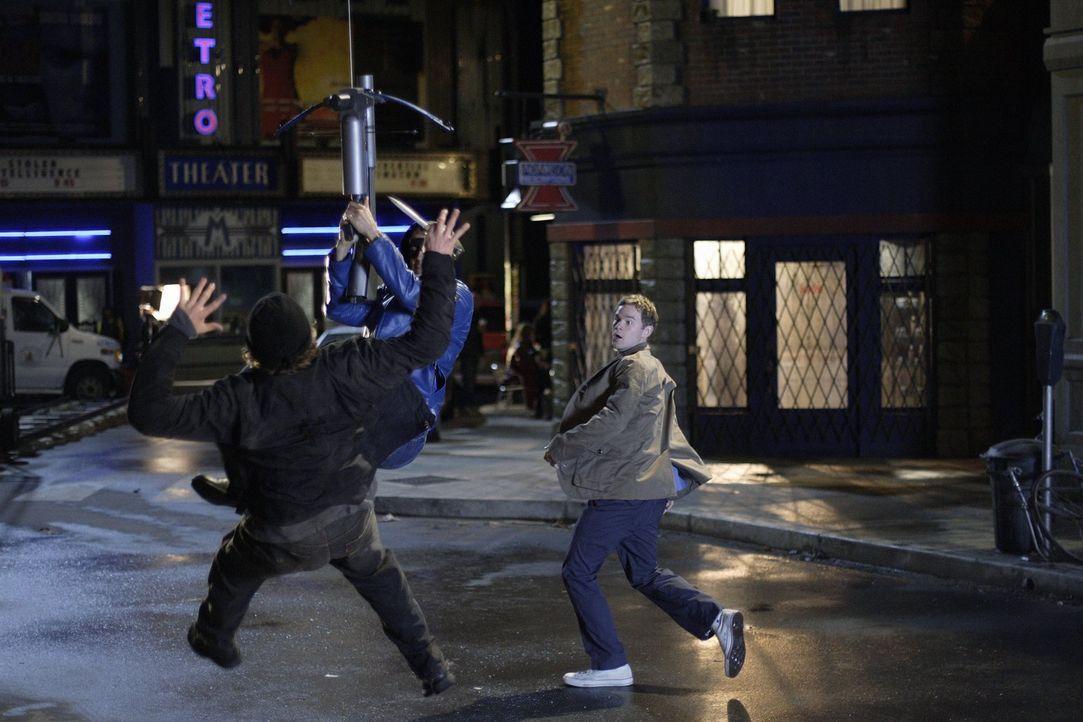 Damit Jimmy (Aaron Ashmore, r.) davon überzeugt wird, dass Tom keine Superkräfte hat, muss Oliver (Justin Hartley, M.) einspringen ... - Bildquelle: Warner Bros.