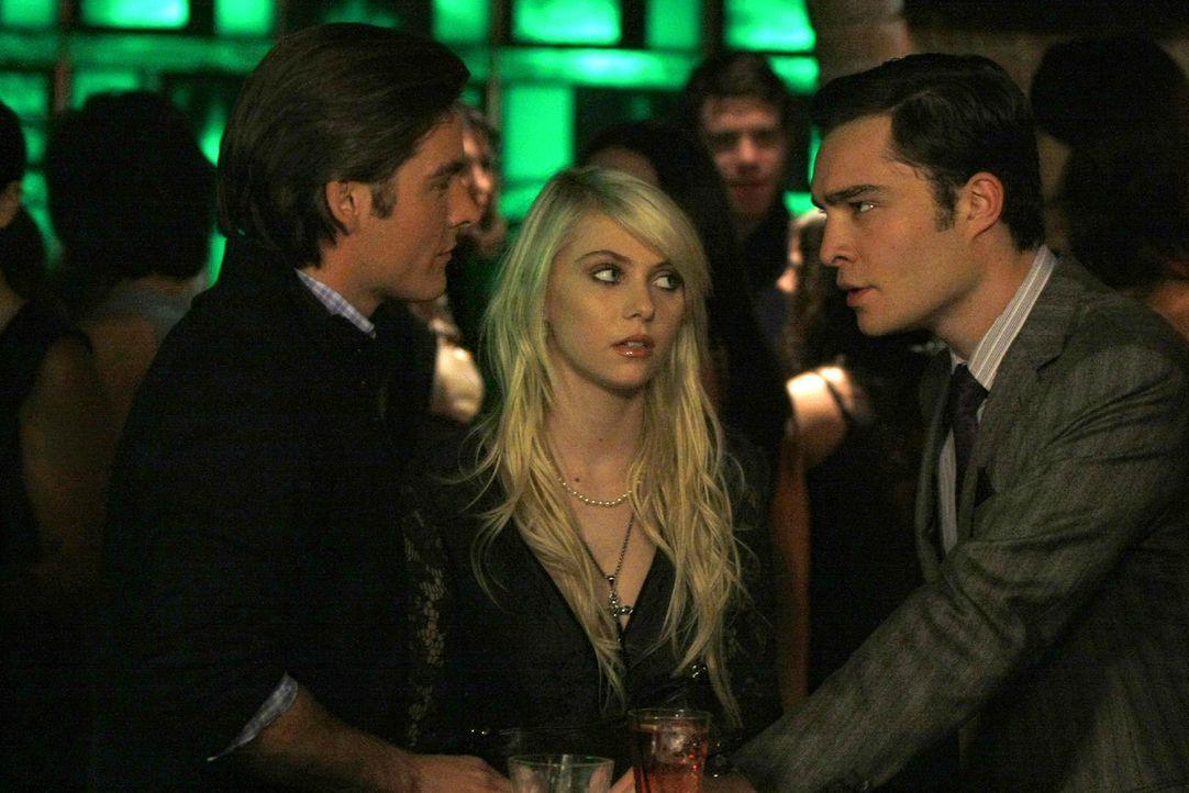 Als Chuck (Ed Westwick, r.) erfährt, dass Damien (Kevin Zegers, l.) Jenny (Taylor Momsen, M.) zum Dealen verführt, greift er sofort ein. - Bildquelle: Warner Brothers