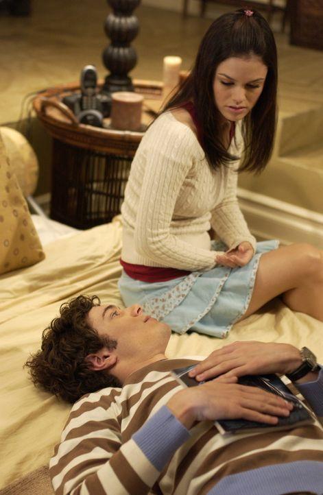 Nachdem Marissa erfahren hat, dass ihre Mutter ein Verhältnis mit Luke hat, ist sie verschwunden. Summer (Rachel Bilson, r.) und Seth (Adam Brody,... - Bildquelle: Warner Bros. Television