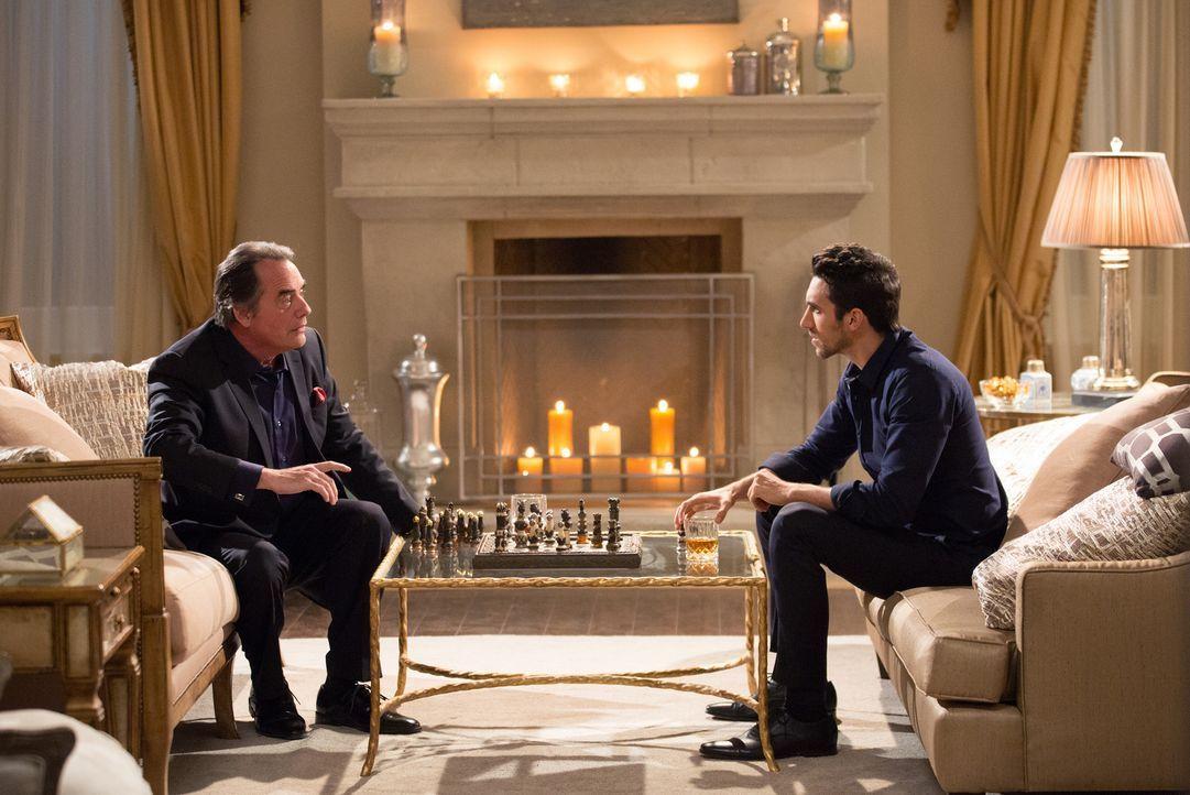 Noch ahnt Adrian (Tom Irwin, l.) nicht, dass Tony (Dominic Adams, r.) für Evelyn mehr ist, als nur der Bodyguard ... - Bildquelle: 2014 ABC Studios