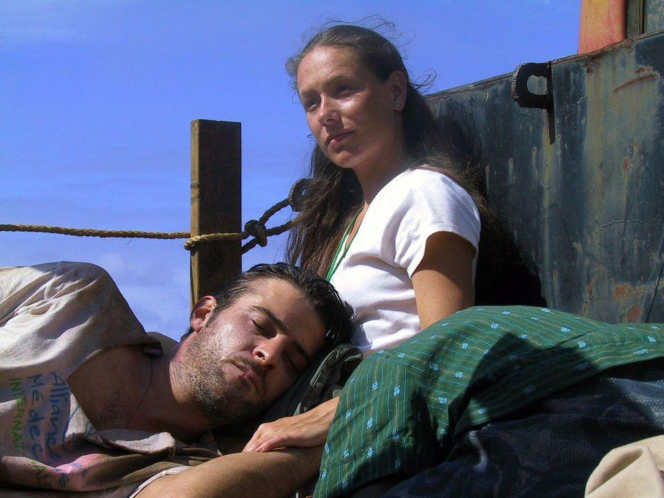 Gillian (Simone-Elise Giraud, r.) und Luka Kovac (Goran Visnjic, l.) werden zum Flughafen gebracht. - Bildquelle: National Broadcasting Company (NBC)
