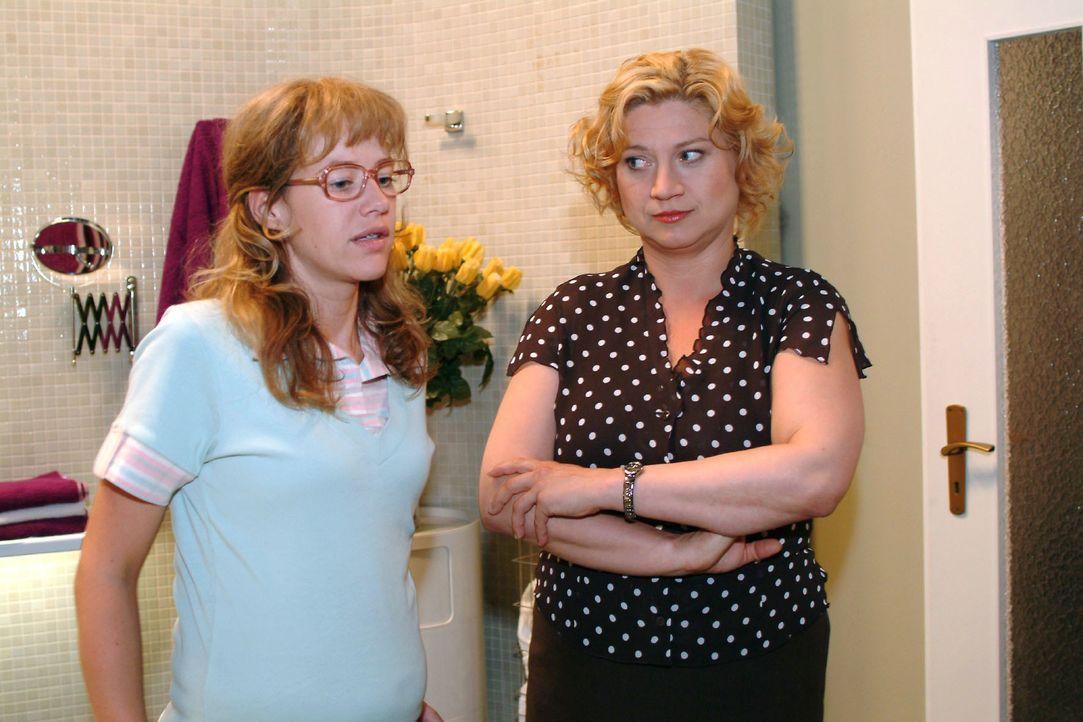 Agnes (Susanne Szell, r.) gibt Lisa (Alexandra Neldel, l.) zu verstehen, dass sie mit ihrem Widerstand alles nur noch schlimmer macht und niemandem... - Bildquelle: Monika Schürle SAT.1 / Monika Schürle
