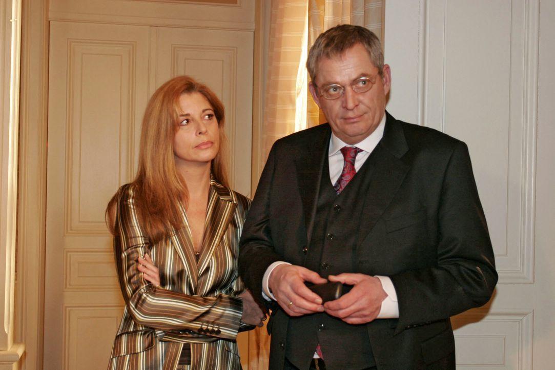 Laura (Olivia Pascal, l.) ist verstimmt, weil Friedrich (Wilhelm Manske, r.) sich wieder in die Belange der Firma einmischt. - Bildquelle: Noreen Flynn SAT.1 / Noreen Flynn