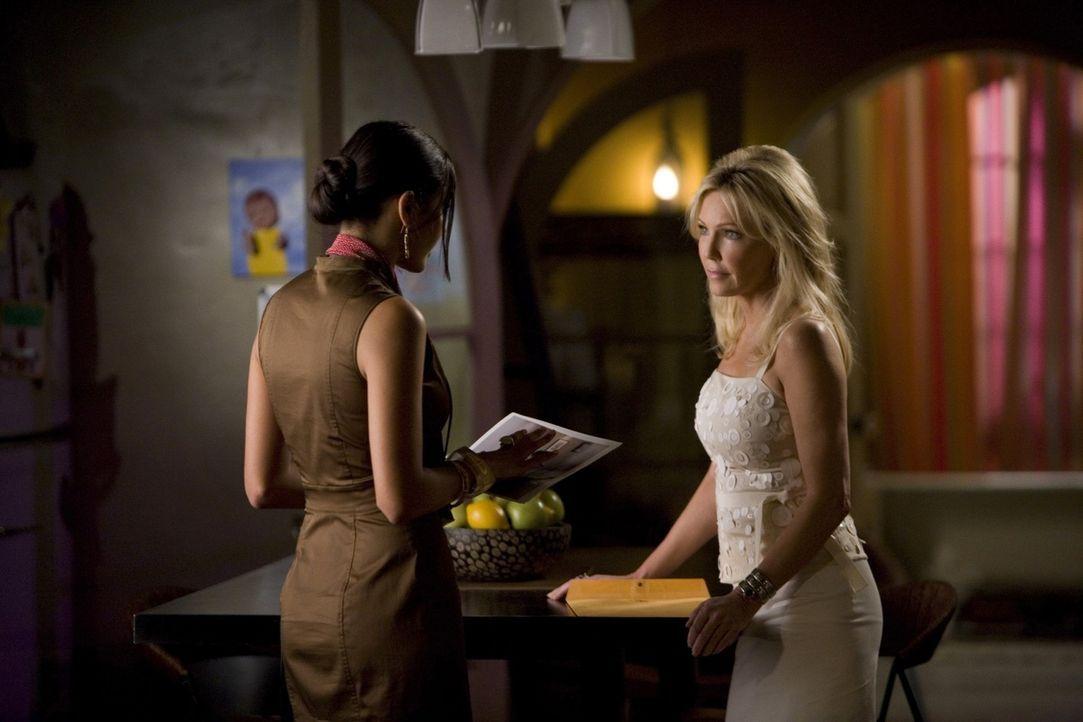 Oh, oh - Riley (Jessica Lucas, l.) hätte Amanda (Heather Locklear, r.) lieber nicht wütend machen sollen... - Bildquelle: 2009 The CW Network, LLC. All rights reserved.