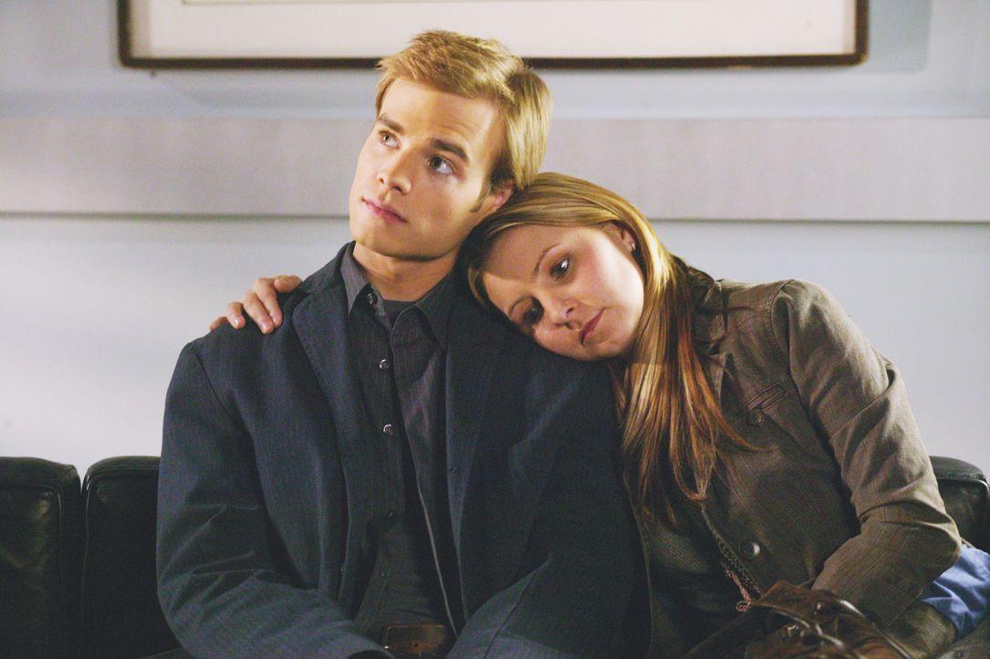 Warten im Krankenhaus auf Sandys Baby: Simon (David Gallagher, l.) und Lucy (Beverley Mitchell, r.) - Bildquelle: The WB Television Network