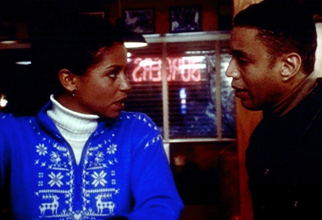 Weil Jeanie (Gloria Reuben, l.) der festen Überzeugung ist, dass Dr. Greg Fischer (Harry J. Lennix, r.) schwul ist, lässt sie sich auf ein Treffen... - Bildquelle: TM+  2000 WARNER BROS.