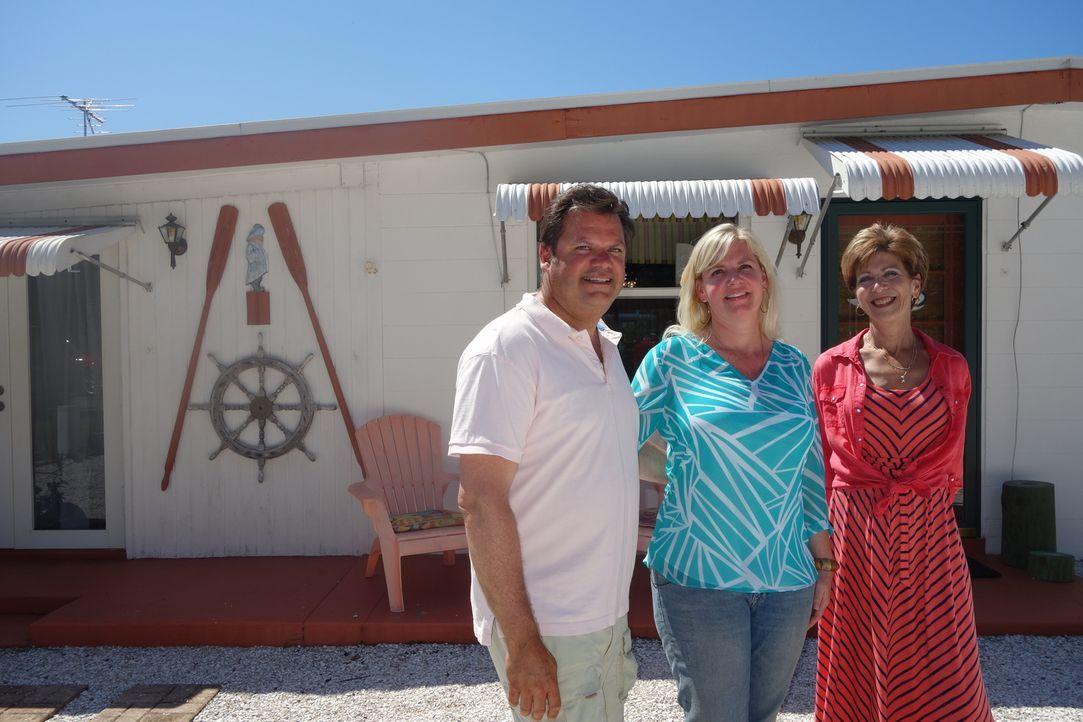 Maklerin Janet Scarpello (r.) macht sich für Tim (l.) und Jen (M.) auf die Suche nach schönen Immobilien für kleines Geld ... - Bildquelle: 2014, HGTV/Scripps Networks, LLC. All Rights Reserved.