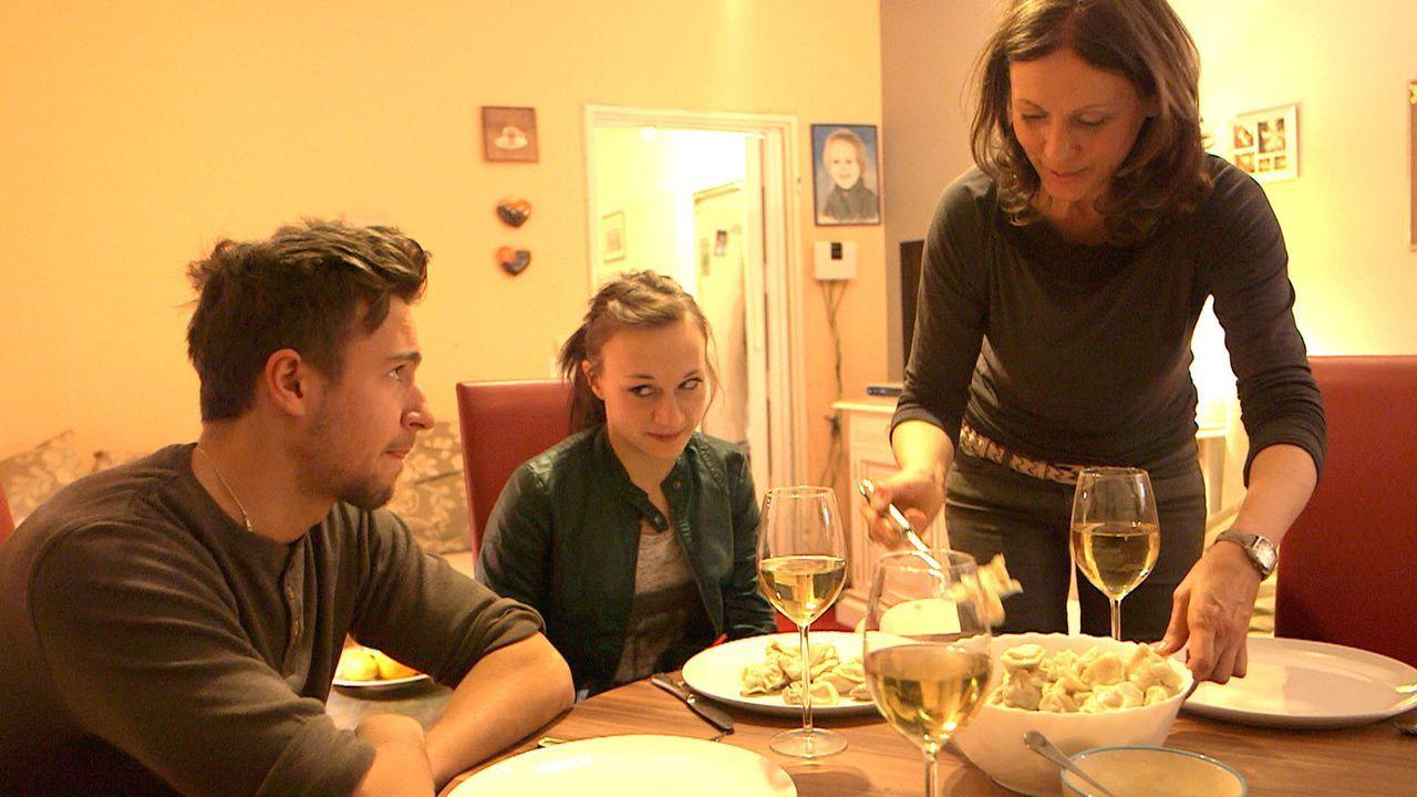 Während Henning und Olaf Jacques nach ihrem Urlaub im Loft vorfinden, verzeiht Antonia (M.) Juri (l.), dass er sie hat hängen lassen ... - Bildquelle: SAT.1